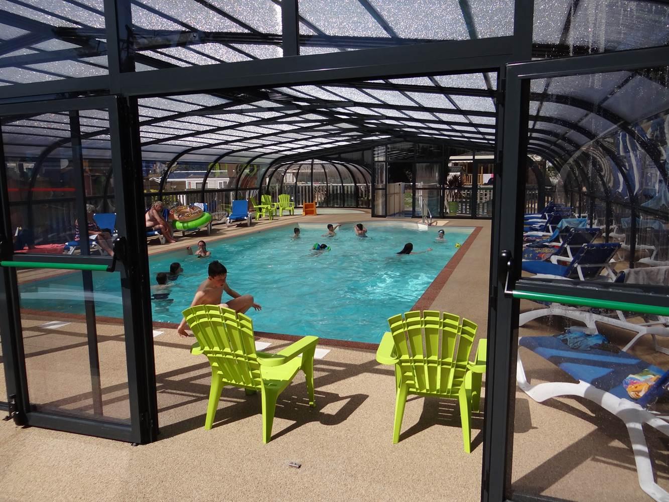 vue intérieur piscine couverte ©
