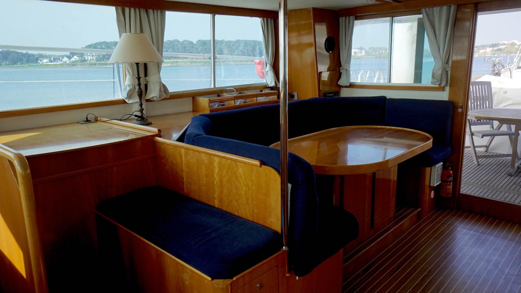 Carré du catamaran à moteur Transcat 48 avec skipper ©