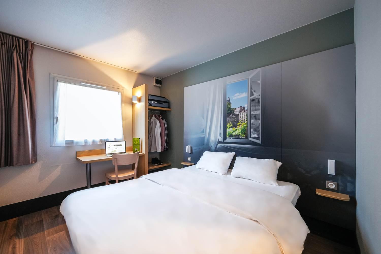 hotel bb vannes ouest golfe du morbihan_chambre grand lit_chambre climatisée_chambre vue jardin vannes ©