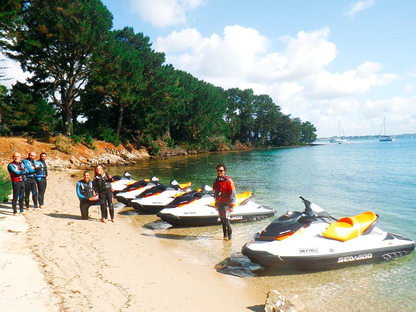 Nous offrons différentes Randonnées jet-ski. Certaines offrent une pause sur une île au coeur du Golfe du Morbihan ©