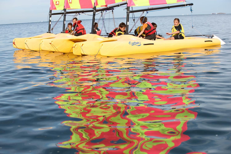 Radeau en Funboat, exercice sur l'arrêt de son bateau - Club Nautique du Rohu ©