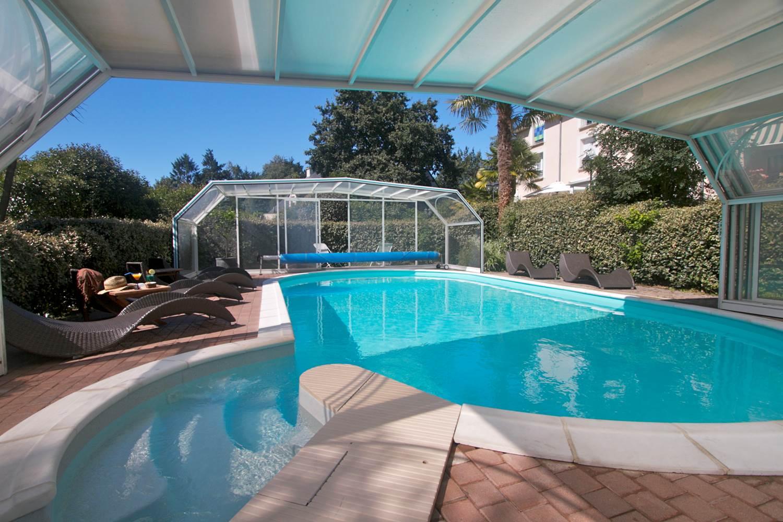 La piscine découverte par beau temps ©